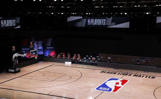 Košarkarska igrišča v ligi NBA samevajo... FOTO: Kevin C. Cox/AFP