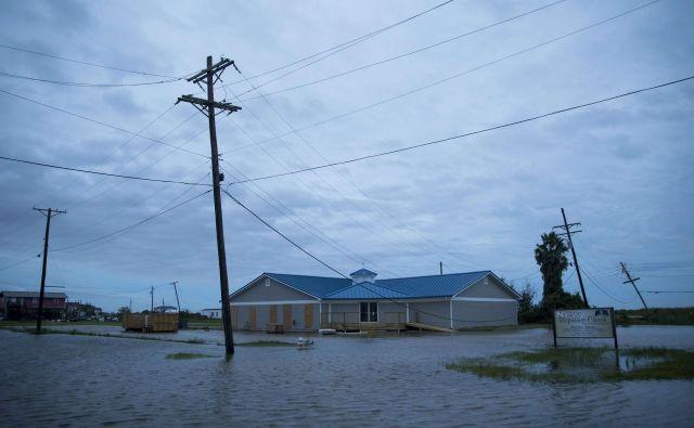 Orkan spremljajo močni nalivi, zato se bojijo poplav tudi v drugih ameriških državah. Na fotografiji kraj Sabine Pass v Teksasu. FOTO: Eric Thayer/AFP