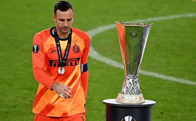 Samir Handanović se je po koncu finala evropske lige moral sprijazniti s tolažilno nagrado. FOTO: Ina Fassbender/Reuters