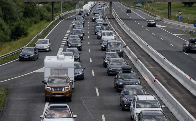 Prometno-informacijski center je za vikend pričakoval zelo veliko gostoto prometa na slovenskih cestah, saj bo poleg izteka počitnic v nekaterih državah s ponedeljkom poteklo tudi prehodno obdobje pred uvedbo karantene za slovenske dopustnike, ki se vračajo iz Hrvaške. FOTO: Blaž Samec/Delo