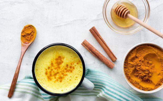 Na spletu najdemo na desetine receptov, kako pripraviti tako imenovano zlato mleko, ki mu pripisujejo kar 150 potencialnih terapevtskih učinkov. FOTO Shutterstock