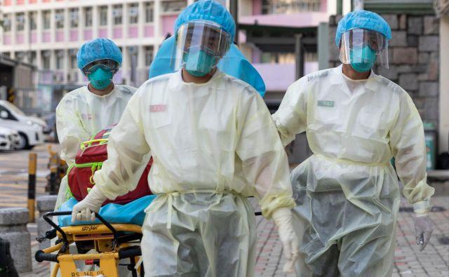 Po ugotovitvah hongkonških strokovnjakov je za zdaj edini način boja proti virusu ohranjanje varne razdalje in veliko testiranj. FOTO: May James/AFP