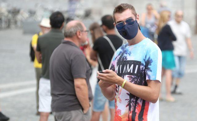 Svetujemo dosledno upoštevanje vseh priporočil, kot so higiena rok ter pravilna in dosledna uporaba zaščitne maske, maske so učinkovite, če jih uporabljamo vsi, na pravilen način, odgovarja na G+ vprašanje mag.Mateja Praprotnik iz Lekarne Ljubljana.<br /> <br /> Foto: Dejan Javornik/Delo