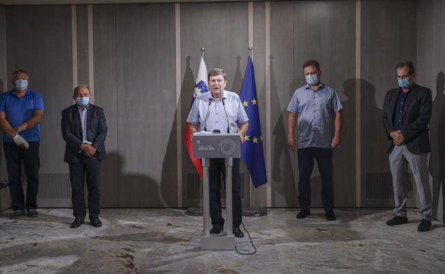 Poslanci Desusa so se poleg vsega že znašli na radarju opozicijskih strank. Morebiten razpad poslanske skupine gotovo ni v interesu predsednika vlade Janeza Janše, ki je obljubil, da se v interne zadeve Desusa ne bo mešal. Pričakuje pa, da bodo zadeve čim prej razrešene, tudi »v smislu umiritve razmer v koaliciji«, je povedala Pivčeva. FOTO: Jože Suhadolnik/Delo