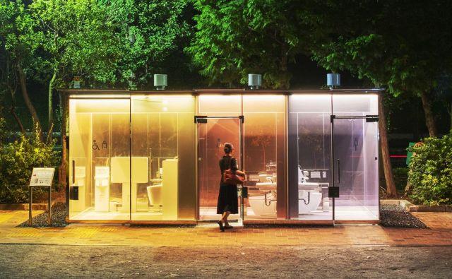 Priznani japonski arhitekt Shigeru Ban je oblikoval dve javni stranišči, ki sta v celoti izdelani iz »pametnega« stekla. To pomeni, da je steklo v svoji osnovi prozorno, ko pa uporabnik zaklene vrata, se spremeni v mlečno in tako zagotovi zasebnost. Ta se nahaja v parku Yoyogi Fukamachi. Foto Satoshi Nagare/ The Nippon Foundation