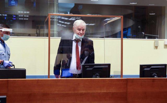 Ni še jasno, ali bo Radko Mladić danes prisoten v sodni dvorani ali bo imel nagovor prek videopovezave. FOTO: Leslie Hondebrink-Hermer/AFP