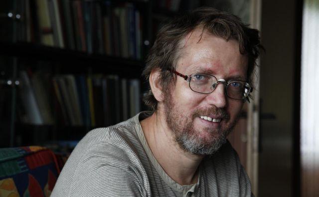 Borut Gombač, uveljavljen literarni ustvarjalec, ki piše poezijo, pravljice, besedila za songe ter radijske in lutkovne igre, je s svojo peto pesniško zbirko prepričal žirijo Veronikine nagrade. FOTO: Janez Bogataj