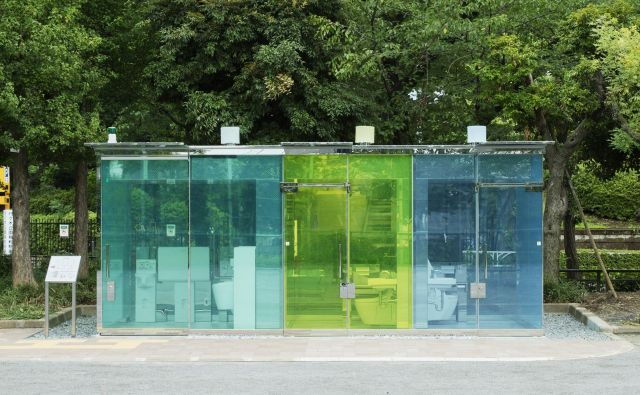 Uporabnik lahko že od zunaj preveri, ali je stranišče prazno in čisto, kot si je to zamislil priznani japonski arhitekt Šigeru Ban. FOTO: Satoshi Nagare/The Nippon Foundation