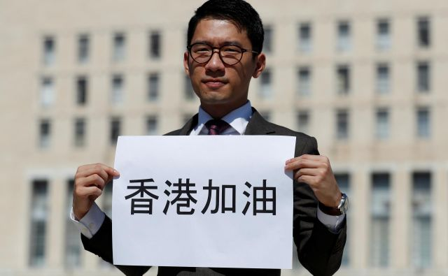 Hongkonški prodemokratični aktivist Nathan Law pred srečanjem italijanskega zunanjega ministra Luigija di Maia in njegovega kitajskega kolega Wang Yi-ja v Rimu. FOTO: Yara Nardi/Reuters
