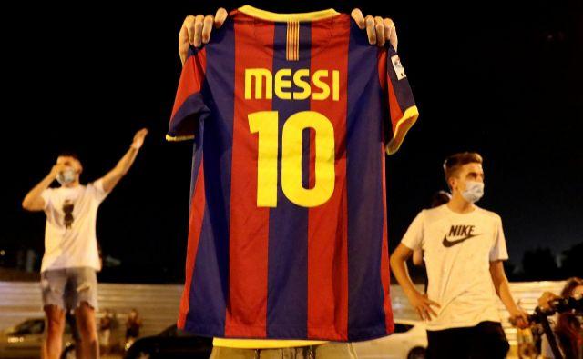 Pred štadionom Camp Nou navijači že od včeraj izražajo nezadovoljstvo nad vodstvom FC Barcelona, ki v prenovi moštva pod taktirko trenerja Ronalda Koemana ne načrtujejo vidnejše vloge za najboljšega nogometaša na svetu Lionela Messija.. FOTO: Nacho Doce/Reuters