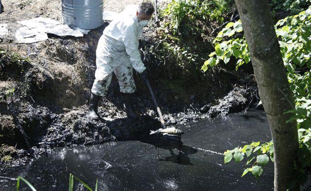 Inšpekcijski nadzor nad okoljskimi problemi je prešibek in še bolj neučinkovit, opozarjajo v Ekokrogu. FOTO: Leon Vidic/Delo