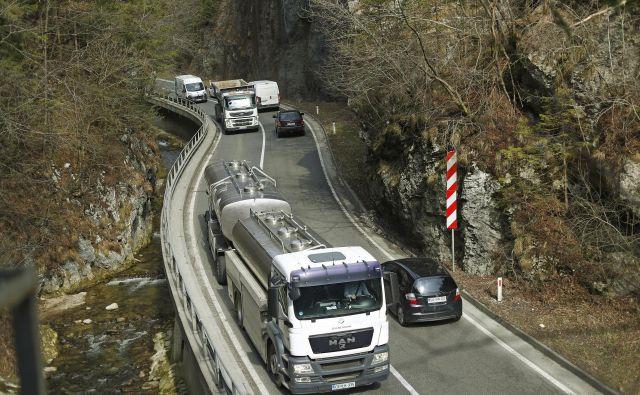 Po mnenju infrastrukturnega ministra je slabih kar 45 odstotkov cest v državi. FOTO: Leon Vidic/Delo