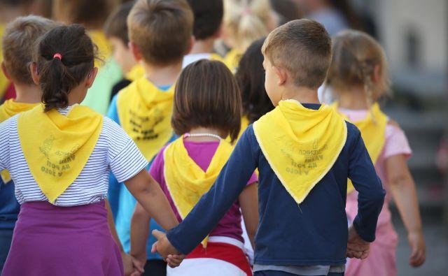 Med šolami bodo velike razlike. Nekateri prvošolčki bodo vanje vstopili resnično tako kot vsako leto, drugod bodo vstopili brez staršev, ker ti ne bodo imeli vstopa v šolo. FOTO: Jure Eržen/Delo