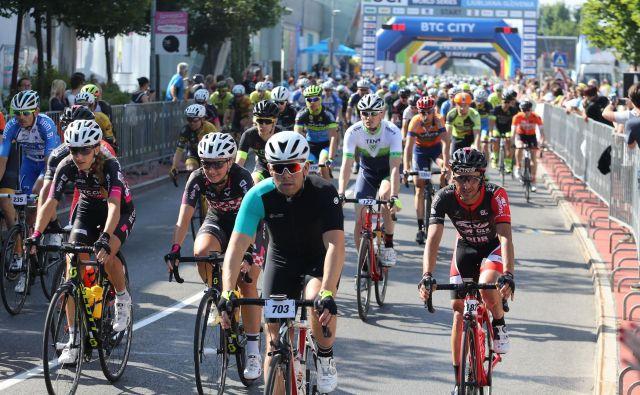Številne raziskave so prikazale, da je za vztrajnostne preizkušnje, kot so daljša kolesarjenja, potreben dodaten vnos OH. FOTO: Tomi Lombar