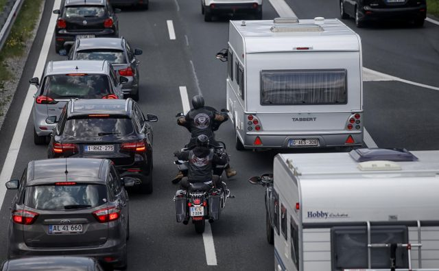 V primeru običajne kontrole in v primeru 8 kilometrov zastoja na Karavankah je čakalna doba za vstop v Avstrijo do 6 ur. Kako bo ta vikend, ni mogoče napovedati. FOTO: Blaž Samec/Delo