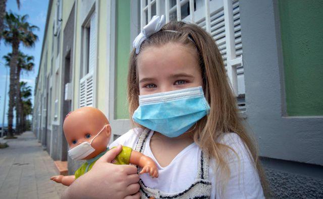 Največ nejasnosti ostaja glede vprašanja, v kolikšni meri lahko otroci širijo okužbe. Tisti z blagimi simptomi – ki ne kašljajo in kihajo – namreč virus širijo v manjši meri. FOTO: Desiree Martin/AFP