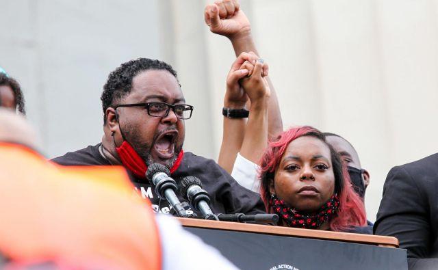 Jacob Blake st., očeJacoba Blakea, žrtve brutalne policijske obravnave, na včerajšnjem protestu predpred Lincolnovim spomenikom v Washingtonu, kjer so obeležili tudi 57. obletnico govora Martina Luthra Kinga. FOTO: Jacquelyn Martin/AFP