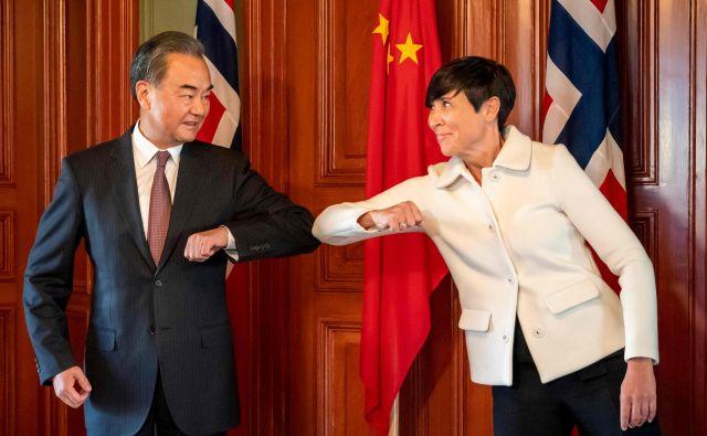 Kitajski zunanji minister je opozoril vodstvo v Oslu, naj Nobelove nagrade za mir ne dodelijo hongkonškim demokratično usmerjenim aktivistom, ki bi se lahko uvrstili v ožji krog kandidatov za to priznanje. Na fotografiji z norveško zunanjo ministrico Ine Eriksen Søreide. FOTO: Heiko Junge/AFP