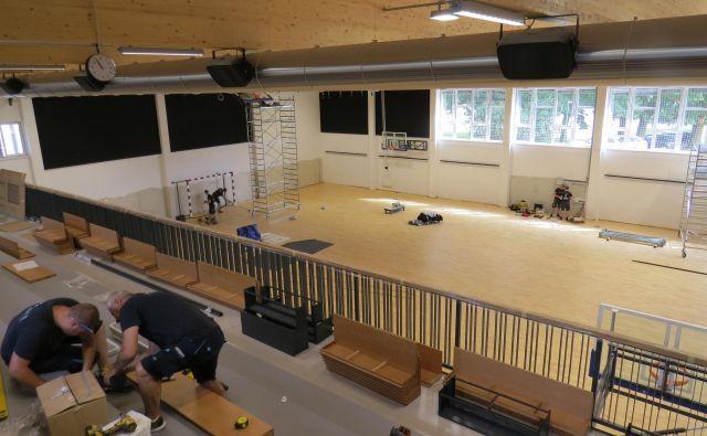 Delavci so pred dnevi odpravljali še zadnje morebitne pomanjkljivosti v športni dvorani. FOTO: Bojan Rajšek/Delo