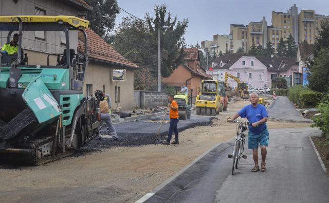 Na gradbišču od Ruskega carja proti Savi so včeraj polagali asfalt. FOTO: Jože Suhadolnik/Delo
