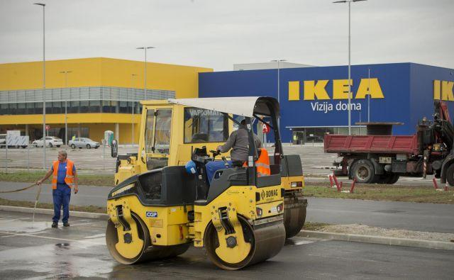Čeprav je videti, kot da je Ikejina trgovina v ljubljanskem BTC že končana, pa delavce čaka še veliko dela v notranjosti stavbe. Foto Jure Eržen