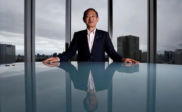 Javnost s spoštovanjem in naklonjenostjo pričakuje novega premiera, ki si je prislužil vzdevek »Mr. Fixit«, torej »tisti, ki odpravi vse napake«. FOTO: Kim Kjung Hun/Reuters