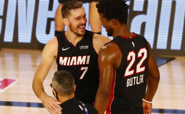 Goran Dragić in Jimmy Butler sta prešerno proslavila zmago nad Milwaukeejem. FOTO: Kim Klement/USA Today Sports