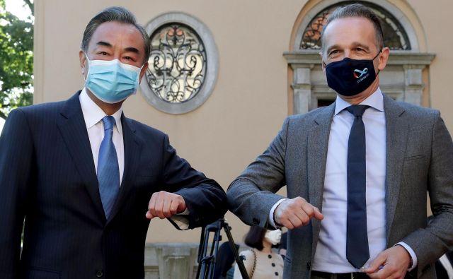 Kitajski zunanji minister Wang Li je včeraj končal evropsko turnejo z obiskom pri nemškem kolegu Heiku Maasu. Foto: Michael Sohn/ Afp