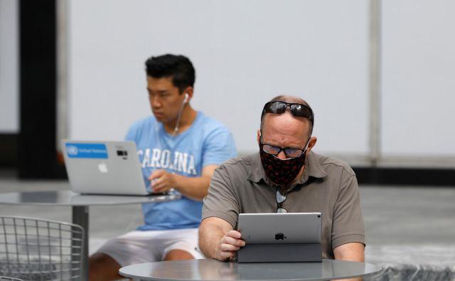 Je napočil čas brez papirja? FOTO: Andrew Kelly Reuters