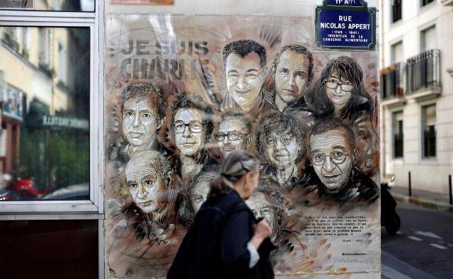Francoski ulični umetnik Christian Guemy je ob peti obletnici napada tako ovekovečil ubite člane uredništva Charlie Hebdo. FOTO: Thomas Coex/AFP