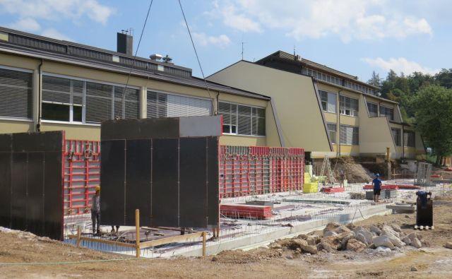 Okolica preserske osnovne šole je postala veliko gradbišče. FOTO: Bojan Rajšek/Delo