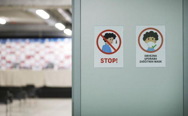 Inšpektorji na terenu že preverjajo spoštovanje odloka o obvezni uporabi mask in razkuževanju rok v zaprtih javnih prostorih. FOTO: Leon Vidic/Delo