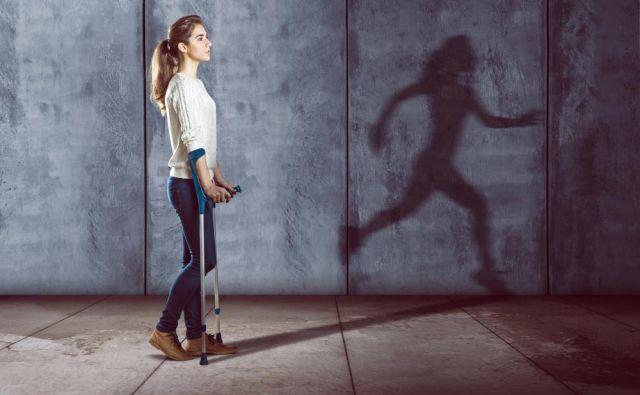 Pomislite, kako bi hodili, če bi nas v levo stopalo pičila čebela.FOTO:Shutterstock