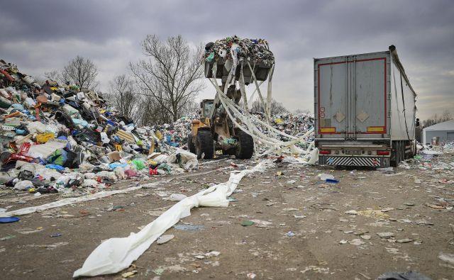 Antonija Božič Cerar iz GZS pravi, da je zdaj čas, da proizvajalci resno razmislijo, kaj si želijo, ali eno družbo za vsako vrsto odpadkov ali konkurenco, pri kateri je treba ustanoviti še klirinško hišo, kar pomeni tudi višje stroške. FOTO: Jože Suhadolnik/Delo