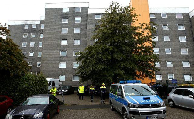 Po navedbah nemških medijev je danes popoldne pred stanovanjskim blokom videti številna policijska in reševalna vozila. FOTO: Thilo Schmuelgen/Reuters