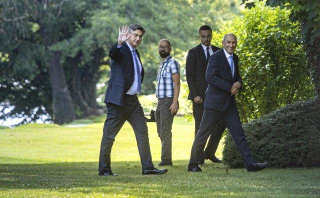 Julija sta se na gradu Otočec sestala slovenski premier Janez Janša in predsednik hrvašla vlade Andrej Plenković. FOTO: Voranc Vogel/Delo