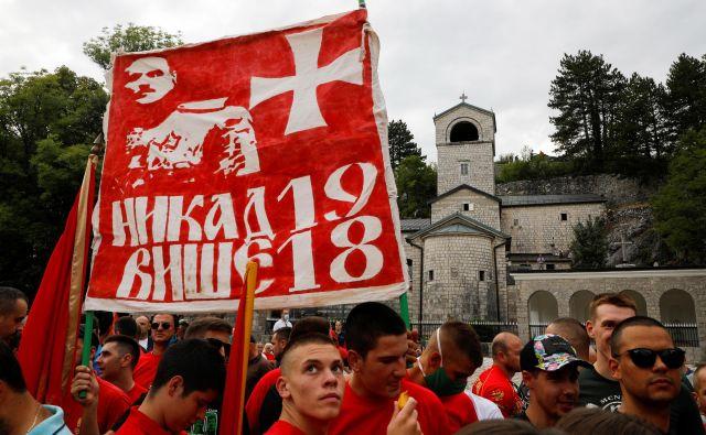 Protestnemu shodu »črnogorskih domoljubnih organizacij« na Cetinju, ki so proti novi večini, je včeraj sledil politični shod tudi v Podgorici.Foto: Stevo Vasiljević/Reuters