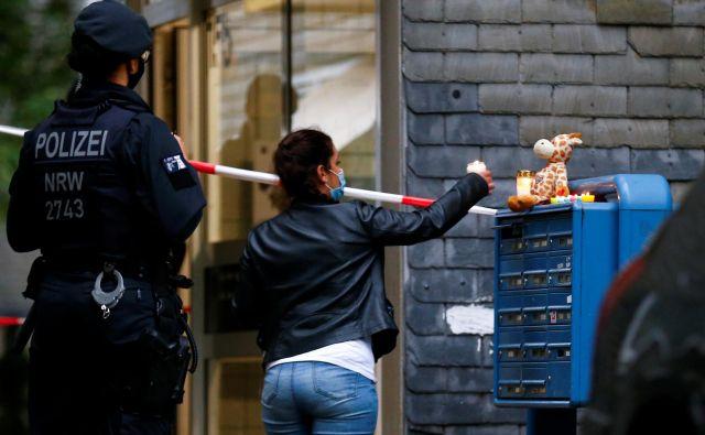 Sosedje so včeraj na poštni predal na kraju umora otrok prinašali sveče in plišaste igrače. FOTO: Thilo Schmuelgen/Reuters