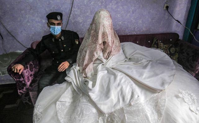26-letni palestinski policist Jihad Ahmed pozira s svojo 23-letno nevesto Alao med poročnim fotografiranjem v studiu v mestu Rafah na jugu Gaze. FOTO: Said Khatib/Afp