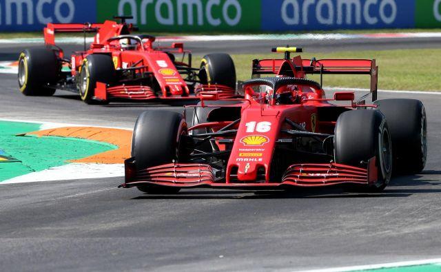 Ferrarijeva dirkača Charles Leclerc in Sebastian Vettel sta bila tudi na včerajšnjih prostih treningih v Monzi daleč od vrha. FOTO: Matteo Bazzi/AFP