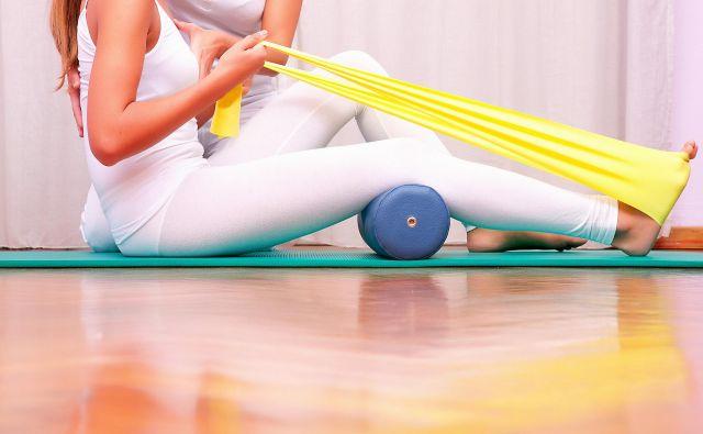 Večja dostopnost fizioterapije, tako za tiste v domovih za starejše kot tiste, ki živijo doma, bi prispevala k njihovemu boljšemu zdravstvenemu stanju in s tem dolgotrajnejšemu aktivnemu in samostojnemu življenju, poudarjajo na ZFS. Foto Shutterstock