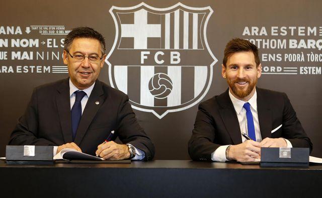 Lionel Messi in Josep Maria Bartomeu (levo med podaljšanjem pogodbe novembra 2017) sta vendarle dosegla dogovor o nadaljevanju sodelovanja. FOTO: Handout/AFP