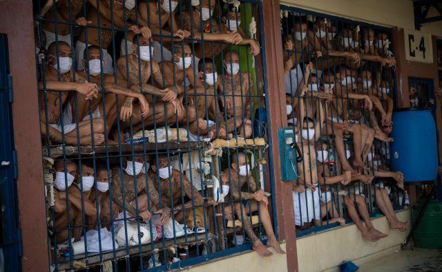 Člani tolp v prenatrpanih celicah zapora Quezaltepeque v kraju Quezaltepeque v Salvadorju. Oblasti Generalnega direktorata za kazniva dejanja (DGCP) so obiskale tri najbolj varovane salvadorske zapore, da se preveri položaj zapornikov in opravijo preiskave med novo pandemijo koronavirusa. FOTO: Yuri Cortez/Afp