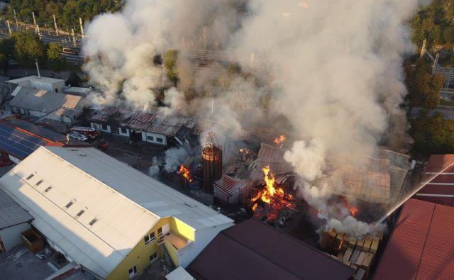 Požar je do 23.00 gasilo okoli 100 gasilcev iz GZ Postojna. FOTO: Žan Kafol