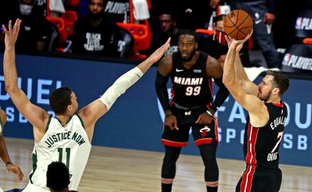Goran Dragić (desno) in drugi košarkarji Miamija so v izjemni formi v končnici NBA v Orlandu in jih po tretji zmagi proti Milwaukeeju od napredovanju v finale vzhodne konference loči le še zmaga. FOTO: Kim Klement/USA TODAY Sports