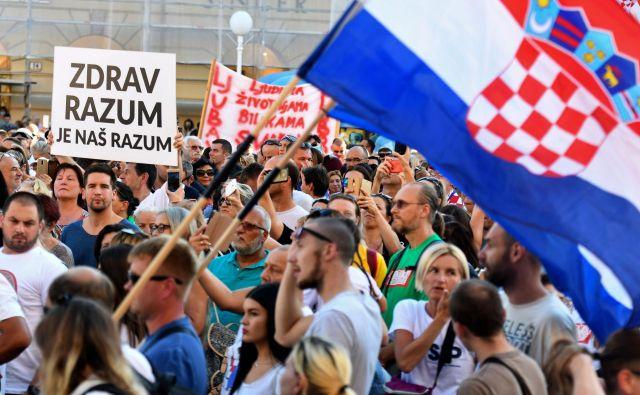 Po ocenah hrvaških medijev je bilo zbranih nekaj tisoč ljudi, med katerimi so nekateri prišli organizirano iz drugih hrvaških mest. FOTO: Denis Lovrovic/AFP