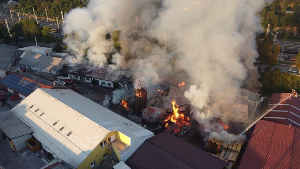 V Postojni pogorelo 3000 kvadratnih metrov prostorov