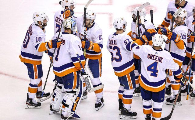 Hokejisti kluba New York Islanders so se takole veselili napredovanja v finale vzhodne konference v končnici NHL. FOTO: Elsa/AFP