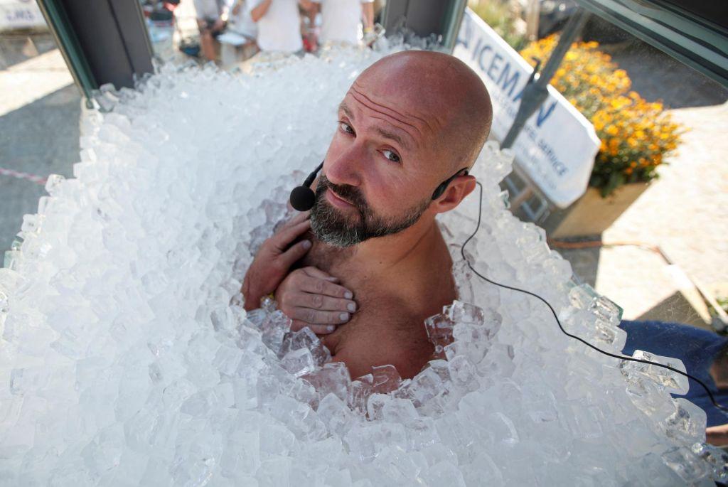 FOTO:Dve uri in pol v 200 kilogramih ledenih kock