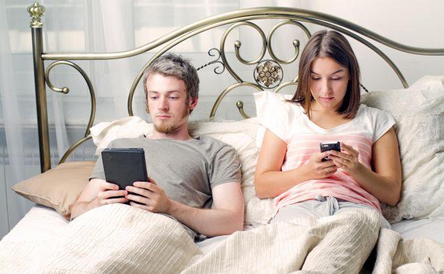 Namesto literature - internet v postelji. FOTO: Shutterstock